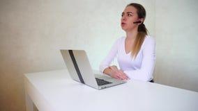 Hausfrau mit Bluetooth-Kopfhörer teilt negative Erfahrungen mit Freund stock video footage