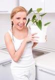 Hausfrau mit Blumen Lizenzfreie Stockfotografie