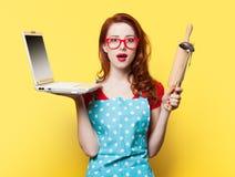 Hausfrau mit Computer und Kolben Stockfoto