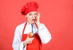 Hausfrau mit dem Kochen des Messers und der Zwiebel Berufschef beim K?chenschreien cuisine Frau im Kochhut und -schutzblech gl?ck lizenzfreie stockbilder