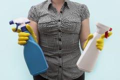 Hausfrau mit dem Säubern des flüssigen Reinigungsmittels Stockfotos