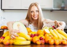 Hausfrau mit frischen Früchten an der Küche Lizenzfreie Stockfotografie