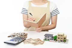 Hausfrau mit Geld Stockfoto