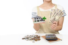 Hausfrau mit Geld Stockfotografie