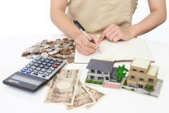 Hausfrau mit Geld Stockbild