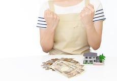 Hausfrau mit Geld Lizenzfreie Stockfotografie