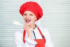 Hausfrau mit Kochger?t Berufschef in der K?che cuisine Frau im Kochhut und -schutzblech Gl?ckliches Frauenkochen stockbilder