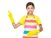 Hausfrau mit Plastikhandschuhen und Finger zeigen oben Stockfotos