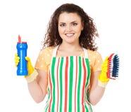 Hausfrau mit Reinigungszubehör Stockbild