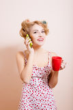 Hausfrau mit roter Schale sprechend auf Mobile Stockbilder