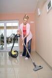 Hausfrau mit Staubsauger Stockfotografie