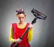 Hausfrau mit Staubsauger lizenzfreies stockbild