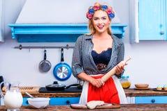 Hausfrau mit Teig und Nudelholz Lizenzfreies Stockfoto