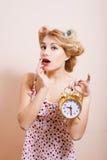 Hausfrau mit Wecker Lizenzfreie Stockbilder