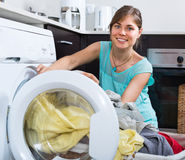Hausfrau nahe Waschmaschine Lizenzfreies Stockfoto
