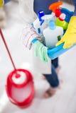 Hausfrau trägt alles, das sie für Reinigungshaus benötigt Stockbilder