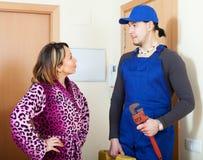 Hausfrau und überraschte Arbeitskraft Stockfotografie
