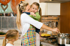 Hausfrau und Kinder, die Druck haben Stockbild