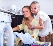Hausfrau und Mädchen, die Wäscherei tun Lizenzfreies Stockbild