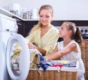 Hausfrau und Mädchen, die Wäscherei tun Stockfotografie