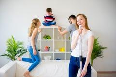 Hausfrau vaccuum Reinigung stockbild
