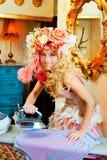 Hausfraufrauen-Eisenaufgaben der barocken Art und Weise blonde Stockfotos