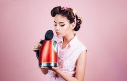 Hausfrauhelfer Hübsches Mädchen in der Weinleseart Stift herauf Frau mit modischem Make-up Pinupmädchen mit dem Modehaar vollkomm lizenzfreie stockbilder