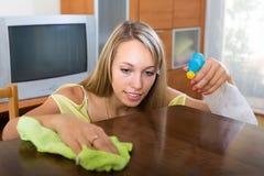 Hausfraupoliertabelle Lizenzfreie Stockfotos