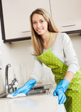 Hausfraureinigungsmöbel in der Küche Lizenzfreie Stockfotografie