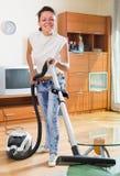 Hausfraureinigungswohnung mit Staubsauger Lizenzfreie Stockfotografie