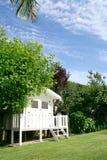 Hausgarten mit einer weißen Hütte lizenzfreie stockfotografie