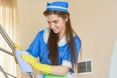 Hausgehilfin am Arbeitslächeln stockfoto