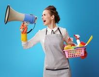 Hausgehilfin mit einem Korb mit Reinigungsmitteln und Bürsten stockfotos