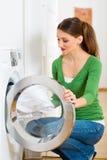 Haushälterin mit Waschmaschine Lizenzfreie Stockfotos