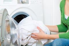 Haushälterin mit Waschmaschine Stockbild