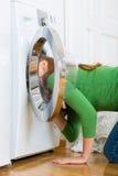 Haushälterin mit Waschmaschine Stockbilder
