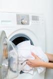 Haushälterin mit Waschmaschine Stockfotos