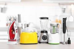 Haushalt und Küchengeräte auf Tabelle zuhause lizenzfreie stockbilder