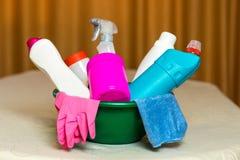 Haushaltschemikalien Die Durchschnitte für das Säubern des Hauses Stockfoto
