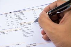 Haushaltserklärung las und überprüft die Zahl auf Analyse investieren Vorrat stockfotografie