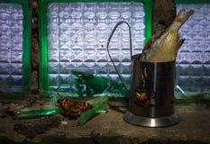 Haushaltsstillleben Ein Glasblock, ein Glas mit einem Glashalter, vobla, Glassplitter Ein alter trockener Schmetterling konkret lizenzfreies stockbild