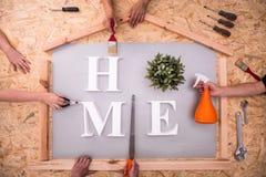 Haushaltsvorstände, die Haus erneuern stockfotografie