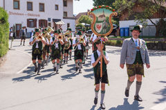 Hausham/Germania/Baviera 9 agosto: Brass band Agatharied Immagini Stock