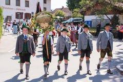 Hausham/Germania/Baviera 9 agosto: club Miesbach dei costumi con la cappella Immagine Stock