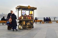 Hausierer, traditionelle türkische Essiggurken von verschiedenen Früchten und veget Stockbild