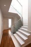 Hausinnenraum mit modernen Treppen stockbilder