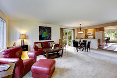 Hausinnenraum mit offenem Grundriss Leben und Küchenraum Stockfotos