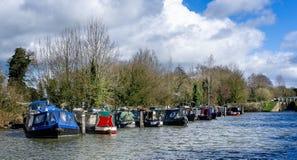 Hauslastkähne festgemacht auf dem Kanal Kennet u. Avons an Caen-Verschlüssen nahe Devizes, Wiltshire, Großbritannien stockfoto