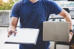 Hauslieferungsservice und Arbeiten mit Service-Verstand, Lieferbote mit den Kästen, die vor den Kundenhaustüren bereitstehen und lizenzfreie stockfotos