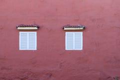Hausmauer mit zwei Fenstern lizenzfreie stockbilder